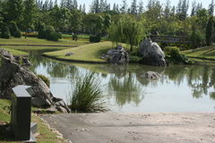 Parque bonito do jardim com a lagoa sobre o céu azul Imagens de Stock