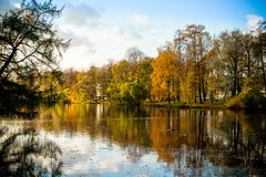 Parque bonito do outono com o lago no tempo ensolarado Paisagem cénico do outono Composição da natureza folha colorida sobre fotos de stock royalty free