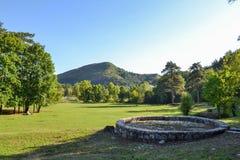 Parque bonito para andar Gramado verde, árvores e céu azul montenegro imagens de stock