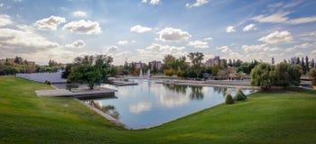 Parque Central Park sjö - Mendoza, Argentina Arkivfoto