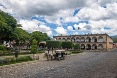 Parque centralt Plazaborgmästare och Ayuntamiento slottstadshus - Antigua, Guatemala Arkivfoton