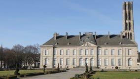 Parque cerca de la catedral de Limoges, Francia almacen de video