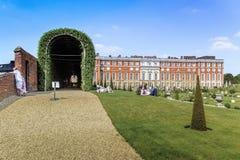 Parque cerca de la fachada del sur de Hampton Court Palace fotografía de archivo
