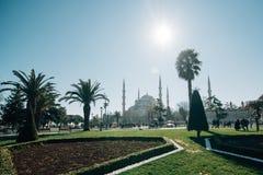 Parque cerca de la mezquita azul Estambul fotografía de archivo