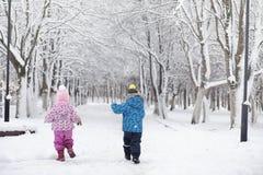 Parque coberto de neve e bancos do inverno Parque e cais para alimentar Fotos de Stock Royalty Free