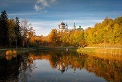 Parque com a igreja, Kiev Fotografia de Stock