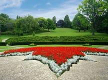 Parque con el macizo de flores Foto de archivo libre de regalías
