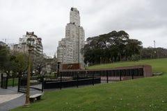 Parque con Kavanagh que construye Buenos Aires la Argentina imagen de archivo