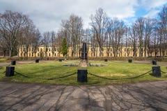 Parque con la fuente abandonada vieja con los cañones Imagen de archivo