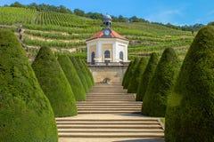 Parque con una pequeña capilla en los viñedos sajones imagen de archivo