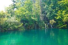 Parque-Croácia nacional dos lagos Plitvice Lagoa e nas cachoeiras pequenas do fundo fotografia de stock royalty free