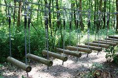 Parque da aventura do curso de obstáculo Fotografia de Stock Royalty Free