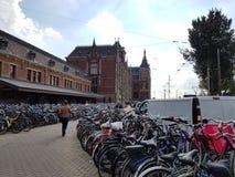 Parque da bicicleta em Amsterdão central, Países Baixos imagem de stock