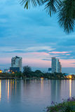 Parque da cidade do lago com construção Imagem de Stock Royalty Free