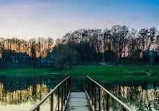 Parque da cidade durante o por do sol Fotos de Stock Royalty Free