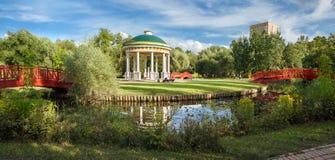 Parque da cidade nos bancos do rio de Yauza Moscovo, Rússia imagens de stock