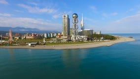 Parque da frente marítima de Batumi com a torre alfabética contra a arquitetura da cidade, zumbir aéreo dentro video estoque