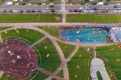 Parque da grande cidade, gramados e campo de jogos, lazer para famílias imagem de stock royalty free