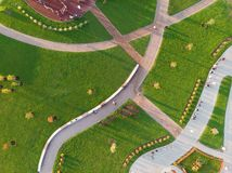 Parque da grande cidade, gramados e campo de jogos, lazer para famílias fotos de stock