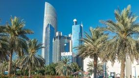Parque da praia do bulevar de Corniche ao longo do litoral no timelapse de Abu Dhabi com os arranha-céus no fundo vídeos de arquivo