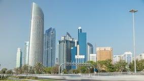 Parque da praia do bulevar de Corniche ao longo do litoral no timelapse de Abu Dhabi com os arranha-céus no fundo filme