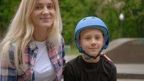 Parque da rampa do rolo da carreira do esporte do filho do apoio da mãe vídeos de arquivo