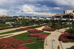 Parque de Λα Arganzuela, γέφυρα πέρα από τον ποταμό Manzanares στη Μαδρίτη, Ισπανία Στοκ φωτογραφία με δικαίωμα ελεύθερης χρήσης