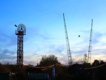 Parque de atracciones con paseo del tiro del cielo en la oscuridad Imágenes de archivo libres de regalías