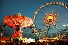 Parque de atracciones de Oktoberfest en la noche Foto de archivo