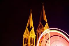 Parque de atracciones en el frente de la iglesia fotos de archivo