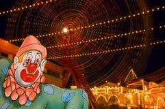 Parque de atracciones en la noche Foto de archivo libre de regalías