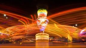 Parque de atracciones en la noche foto de archivo