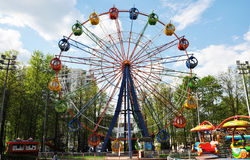 Parque de atracciones en la primavera fotografía de archivo