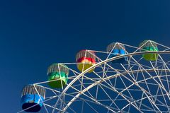 Parque de atracciones: Rueda colorida fotografía de archivo libre de regalías