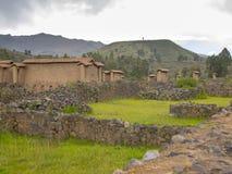 Parque de atracciones y baños en Raqchi Fotos de archivo