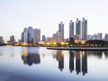 Parque de Benjakitti no amanhecer Imagem de Stock Royalty Free