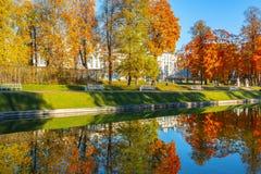 Parque de Catherine en el otoño suave, Tsarskoe Selo Pushkin, St Petersburg, Rusia imagen de archivo