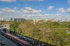 Parque de Chatuchak na cidade ao lado do estação de caminhos-de-ferro e do ônibus do céu do BTS Imagem de Stock