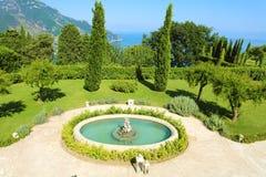 Parque de Cimbrone da casa de campo com a fonte em Ravello, Itália foto de stock royalty free