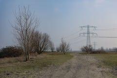 Parque de Diemerpark con los polos de la electricidad Imagenes de archivo