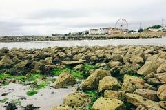 Parque de diversões com a roda de ferris no salthill da baía de Galway imagens de stock royalty free