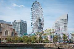 Parque de diversões do mundo de Yokohama Cosmo na baía de Yokohama imagem de stock