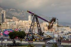 Parque de diversões na frente do distrito densamente povoado de Mônaco fotografia de stock