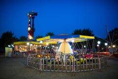 Parque de diversões na noite Fotografia de Stock