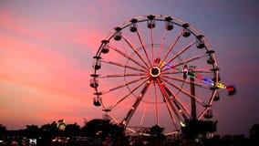 Parque de diversões no crepúsculo video estoque
