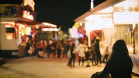 Parque de diversões no partido seguro de passeio dos povos de França da cidade da noite vídeos de arquivo
