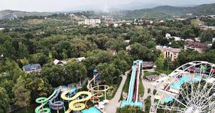 Parque de diversões Opinião a roda de Ferris e Aqua Park com um zangão video estoque