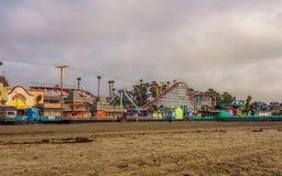 Parque de diversões de Santa Cruz Boardwalk visto da praia imagens de stock royalty free