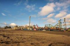 Parque de diversões de Santa Cruz Boardwalk visto da praia fotografia de stock