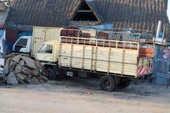Parque de dois caminhões de gado avante imagem de stock
